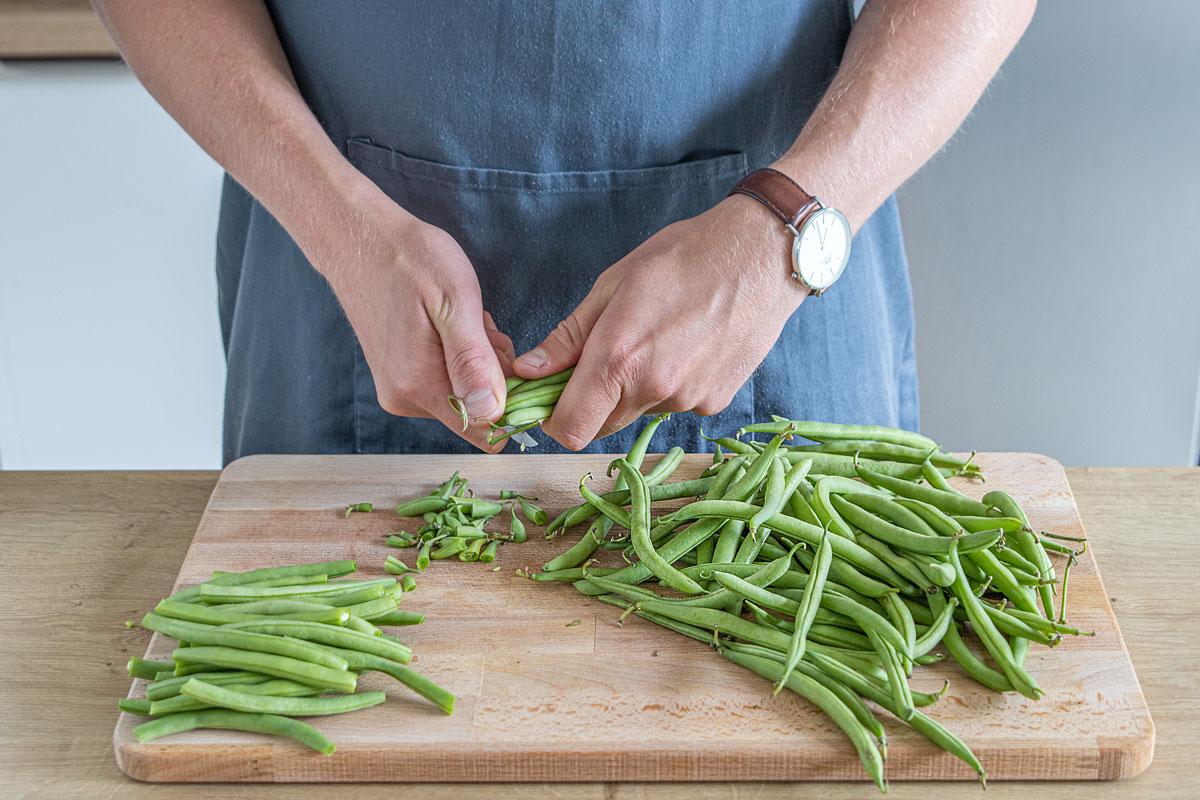 Für Bohnensalat Bohnenenden abschneiden