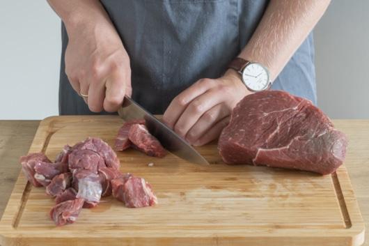 Fleisch in grobe Stücke schneiden