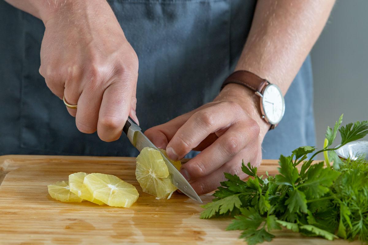 Zitrone in Scheiben schneiden