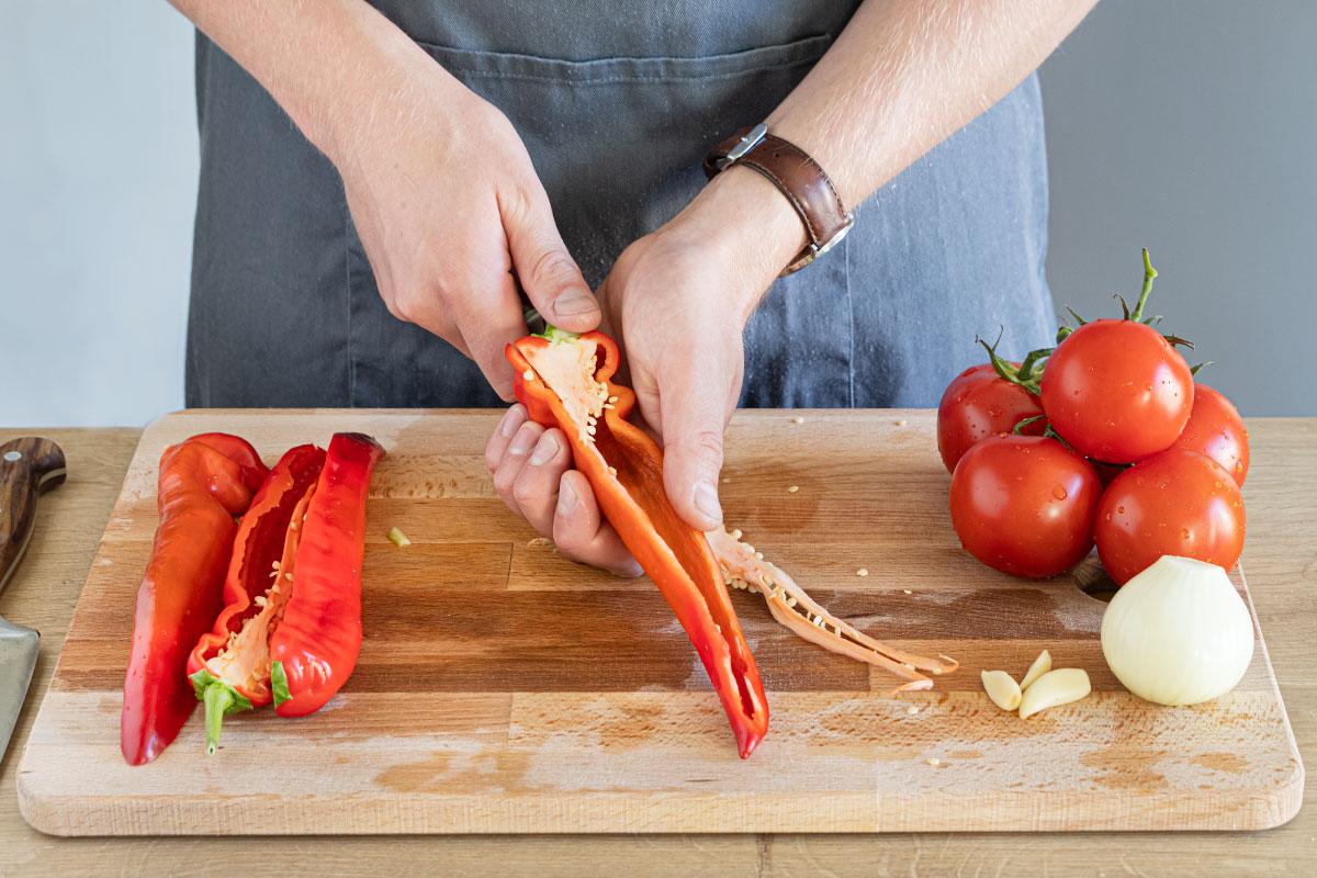 Paprika säubern und in Stücke schneiden