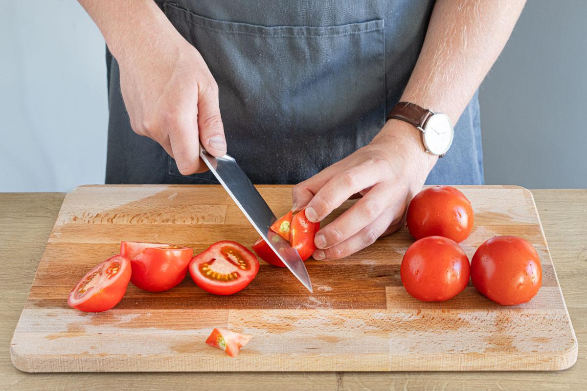 Tomaten säubern, Strunk entferne und in Stücke schneiden