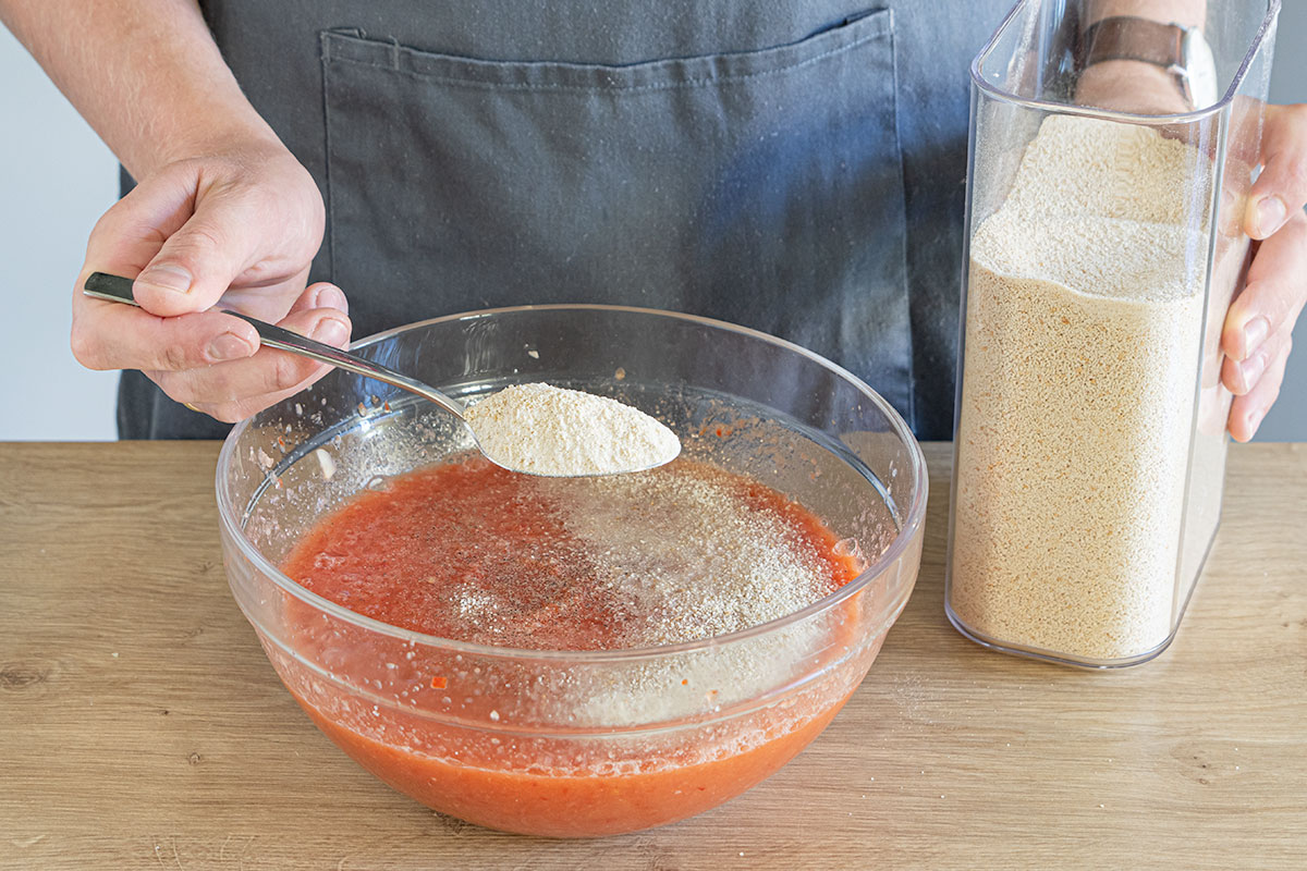 Gazpacho mit Semmelbröseln binden