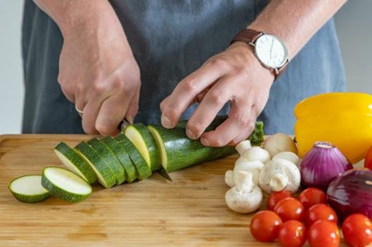Zucchini in Scheiben schneiden