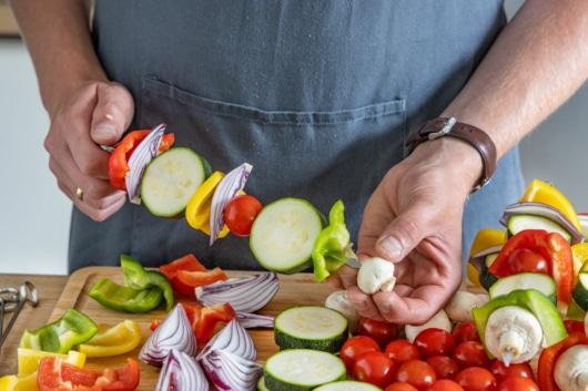 Gemüse auf Spieß stecken
