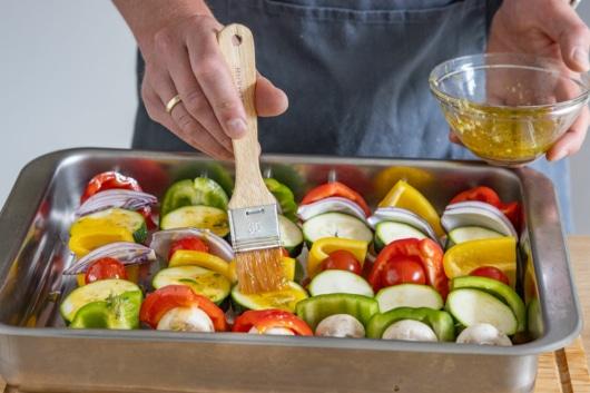 Gemüsespieße mit Marinade einstreichen