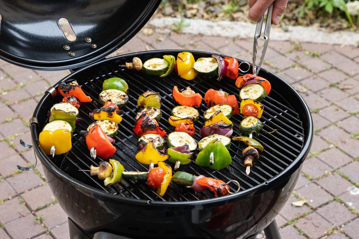 Marinierte Gemüsespieße grillen