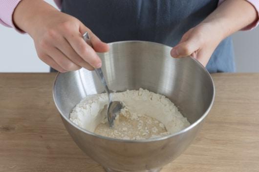 Hefe mit Mehl mischen