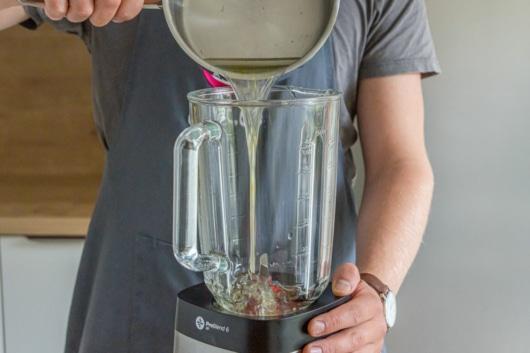 Zuckerwasser in Mixer geben