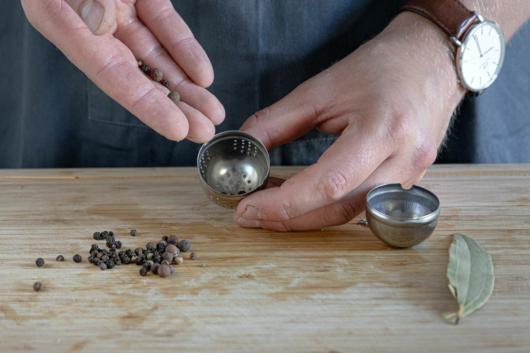 Gewürze in ein Teeei geben
