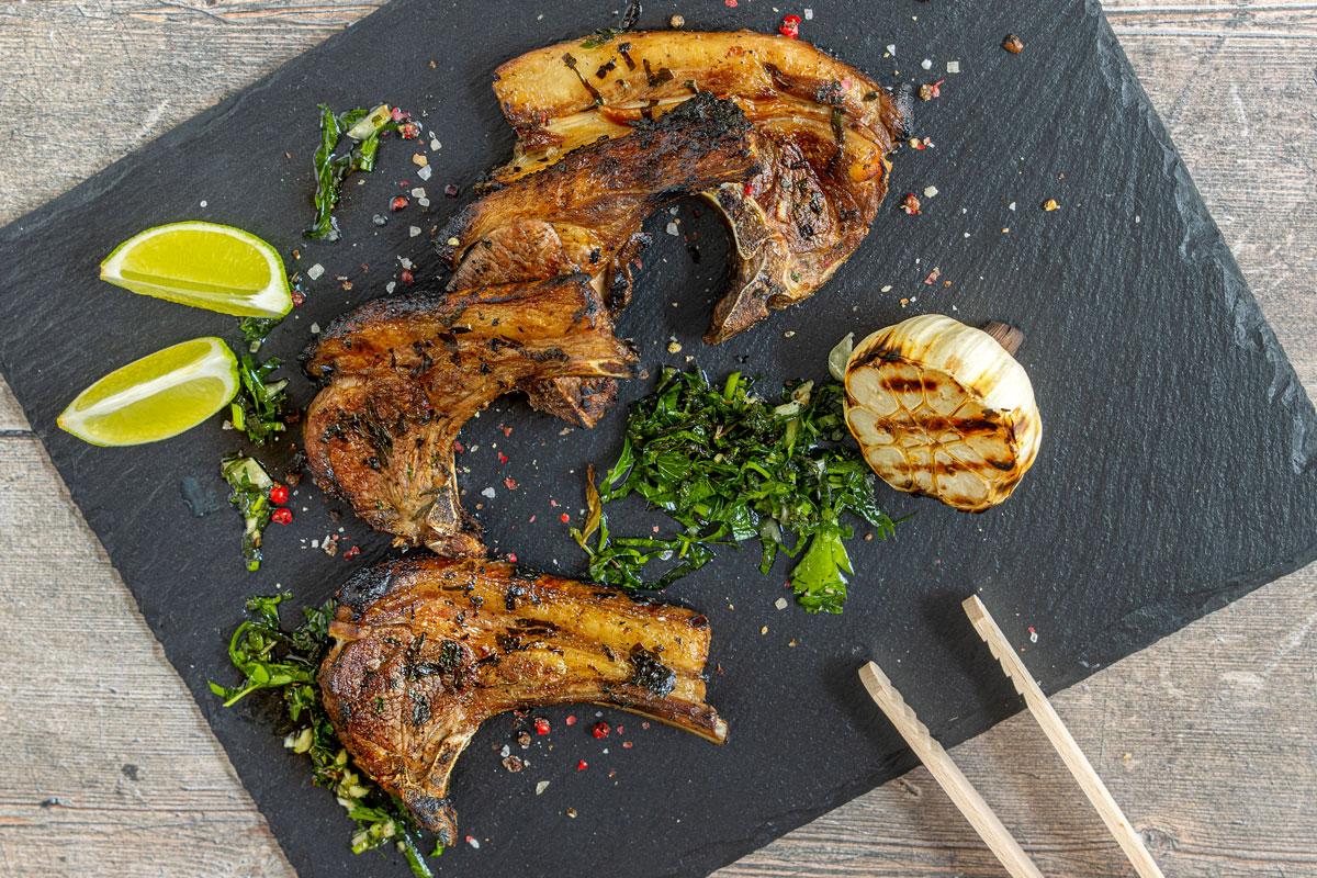 Lammkoteletts mit Kräutermarinade vom Grill