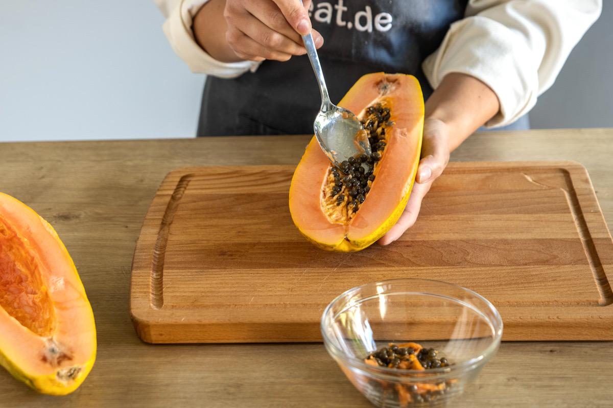 Papaya-Kerne herausnehmen