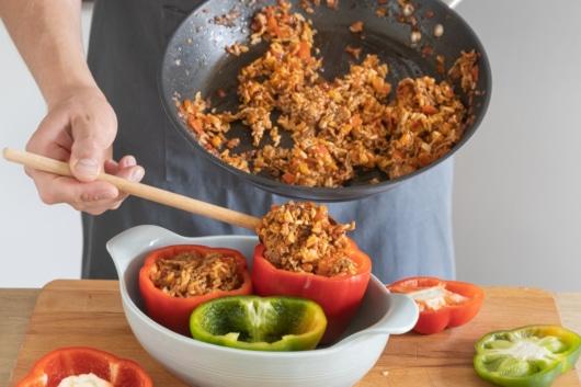 Paprika mit Reis und Hackfleisch füllen