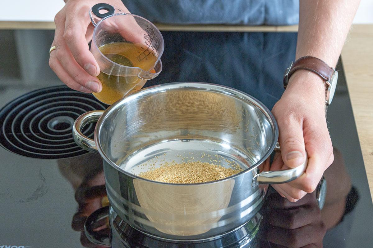 Gemüsebrühe zum Couscous geben
