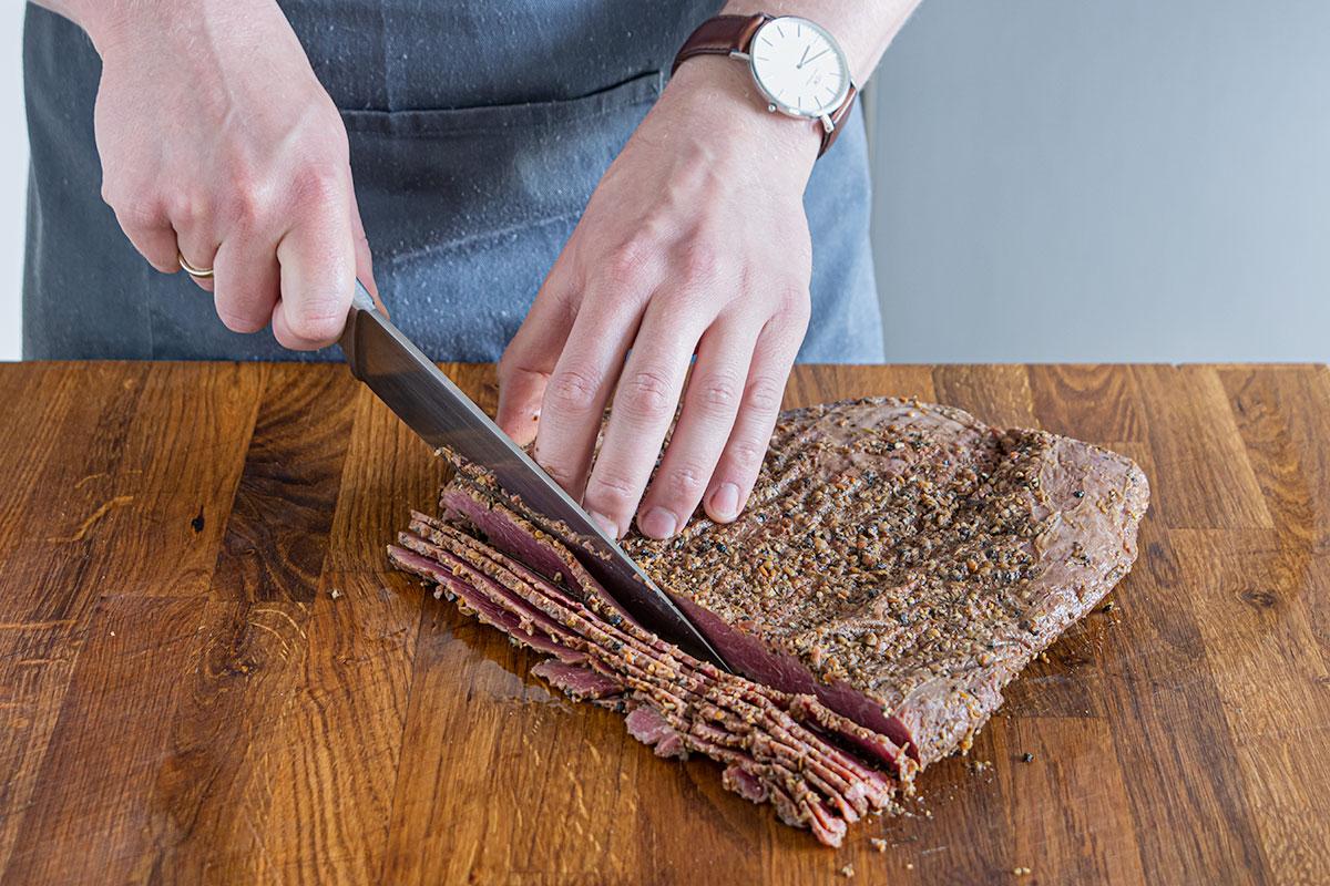 Pastrami in hauchdünne Scheiben schneiden