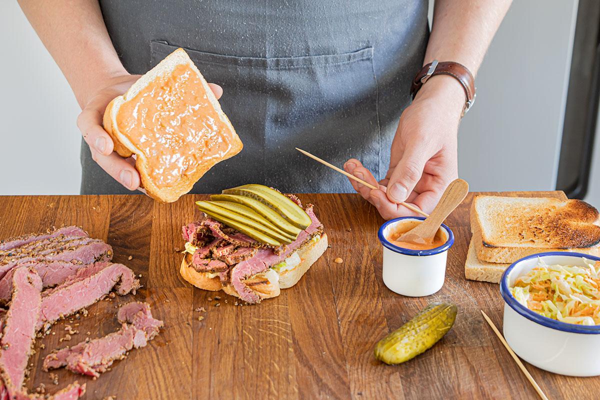 Russian Dressing auf die zweite Toastscheibe streichen und das Sandwich zuklappen