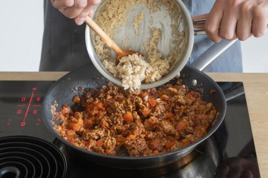 Reis zur Füllung für gefüllte Paprika geben