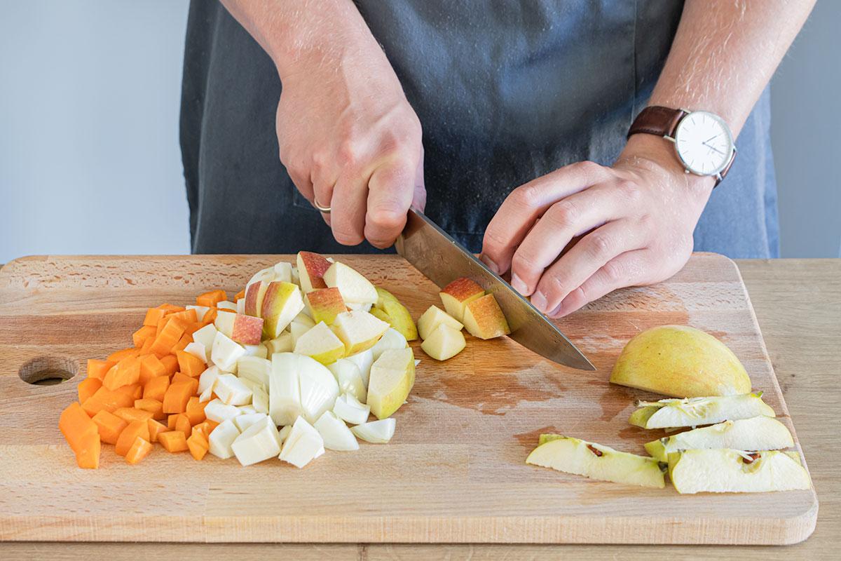 Gemüse und Apfel schneiden