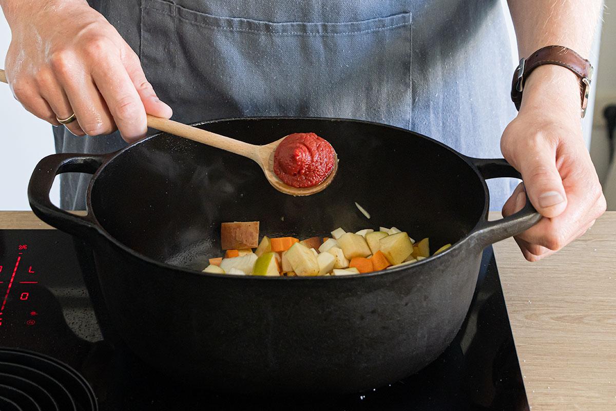 Gemüse anschwitzen und Tomatenmark dazugeben