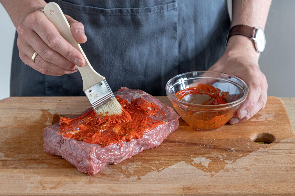 Roastbeef mit Marinade einpinseln