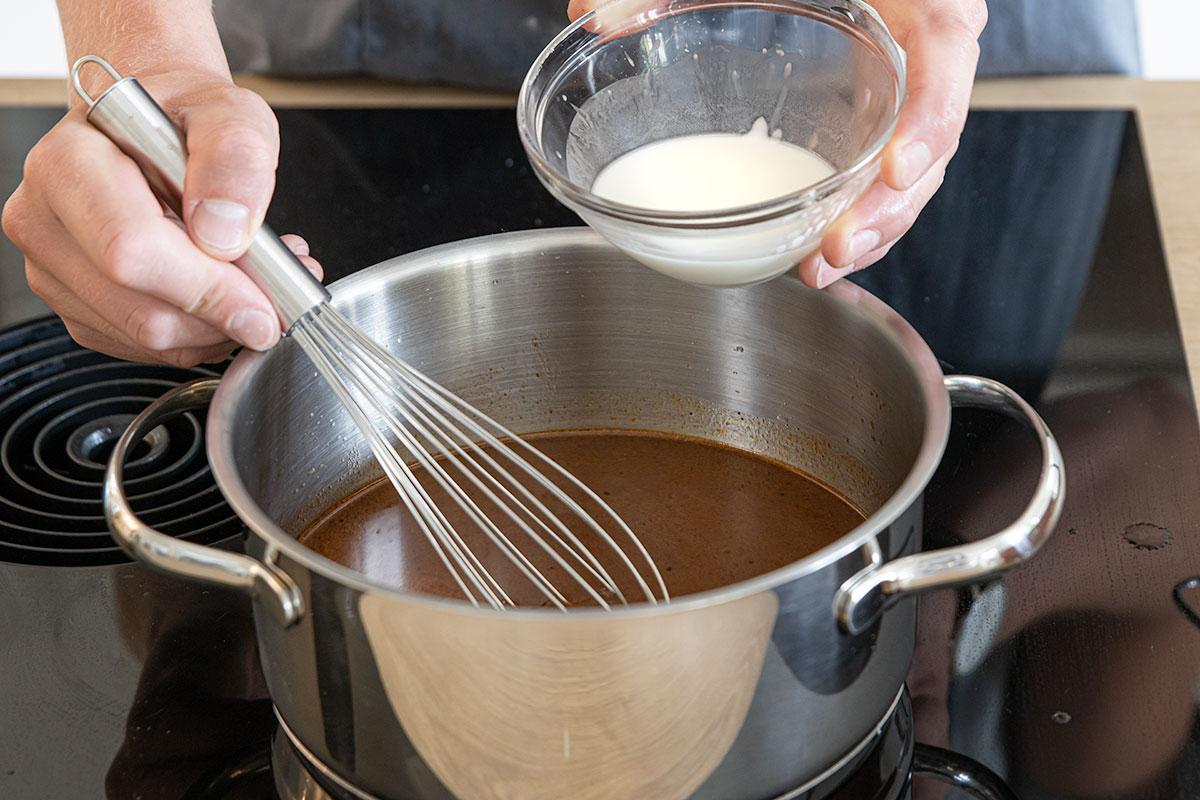 Soße mit Mehl andicken und abschmecken