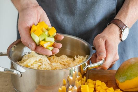 Mango und Melone zu Sauerkraut geben