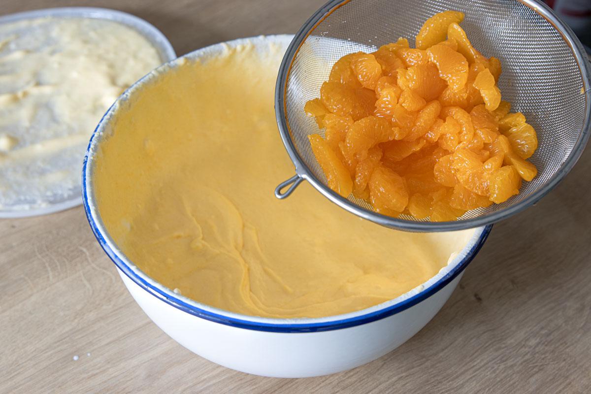 Mandarinen unter die Creme rühren
