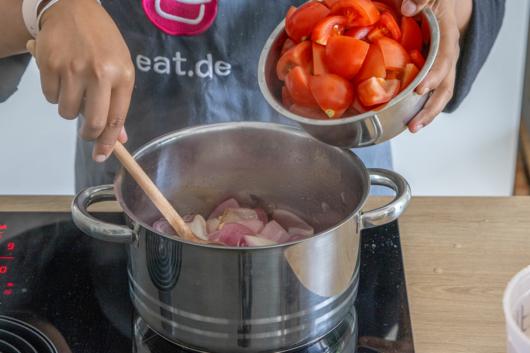 Tomaten in den Topf geben