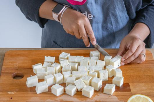 Käse für Shahi Paneer schneiden