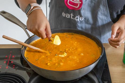 Ghee in Shahi Paneer Curry geben