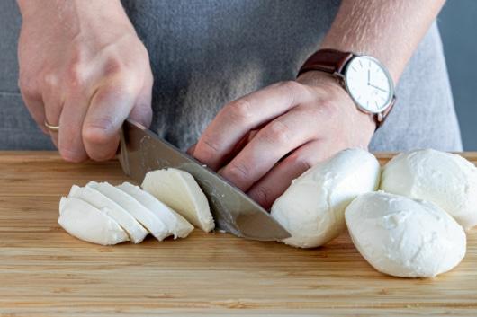 Mozzarella in Scheiben schneiden
