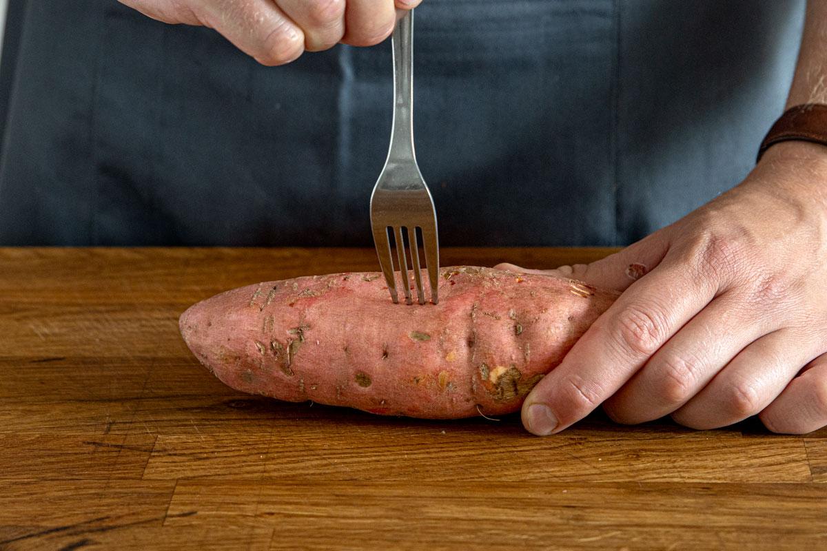 Süßkartoffel mit der Gabel einstechen
