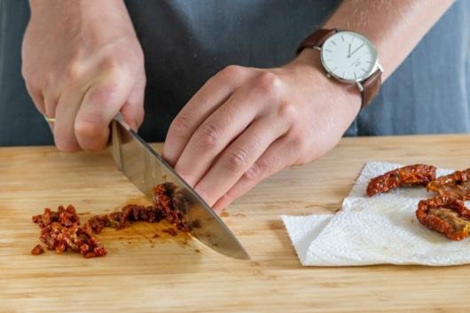 getrocknete Tomaten klein schneiden