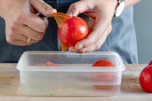 Haut von Tomaten abziehen