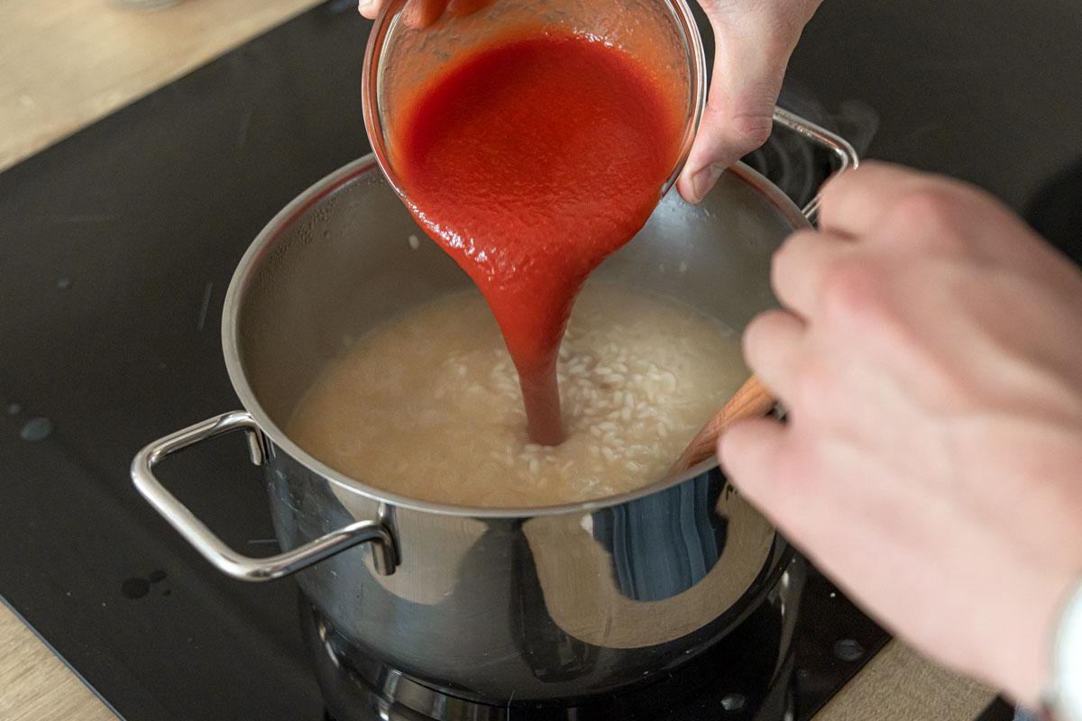 passierte Tomaten in das Risotto geben
