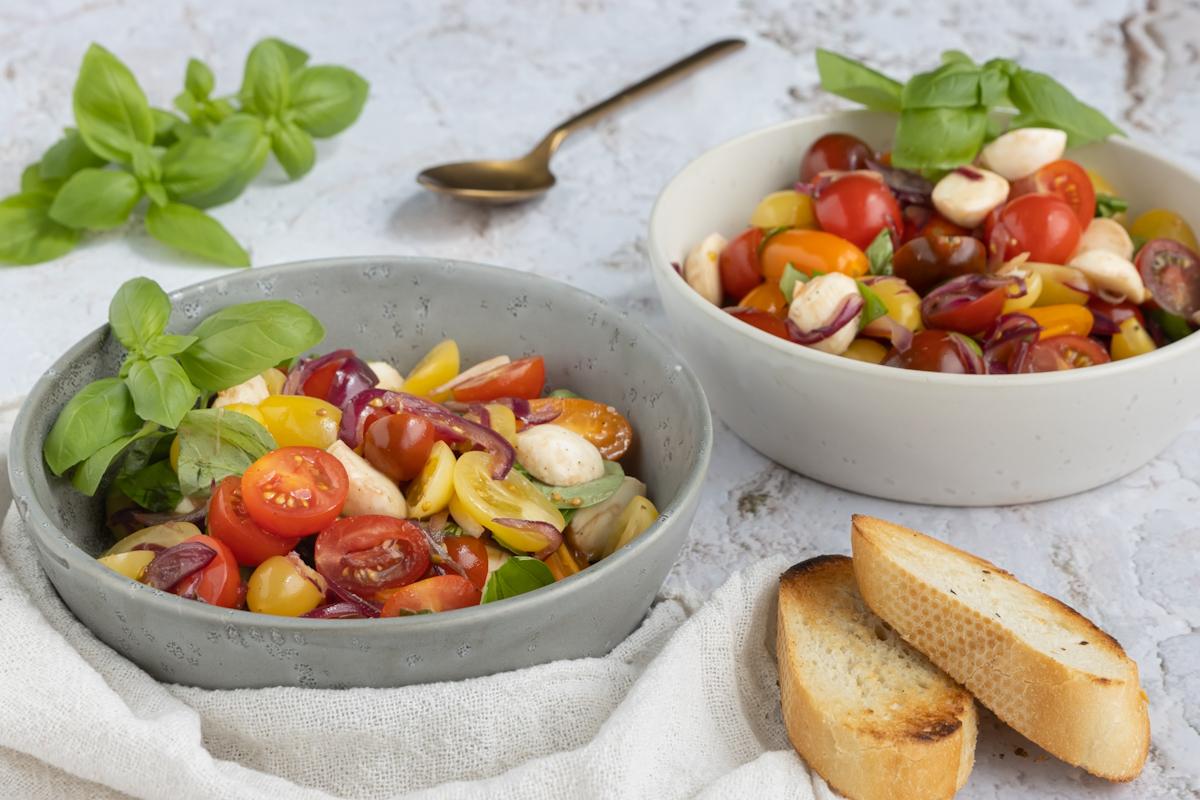Tomatensalat mit Zwiebel und Mozzarella
