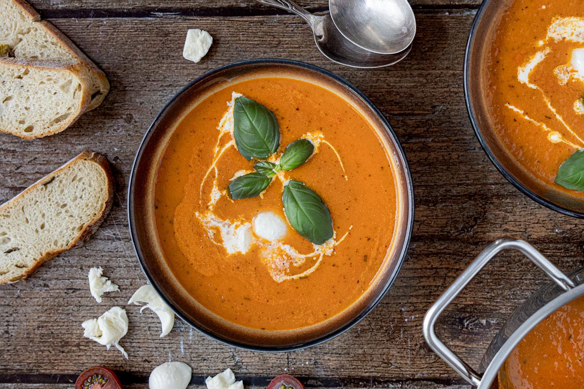 Tomatencremesuppe mit frischen Tomaten und Mozzarella
