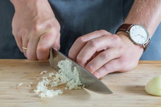 Zwiebel in Würfel schneiden