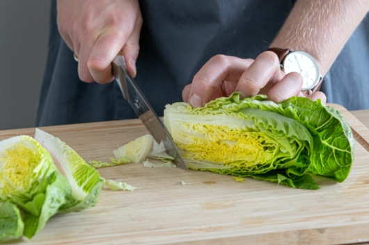 Strunk vom Salat entfernen