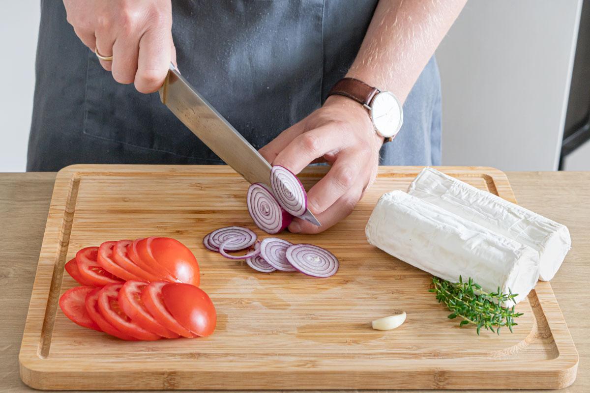 Tomaten und Zwiebel in Scheiben schneiden