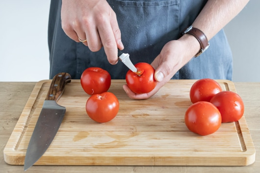 Strunk der Tomaten entfernen