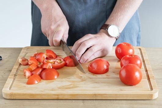 Tomaten in Würfel schneiden