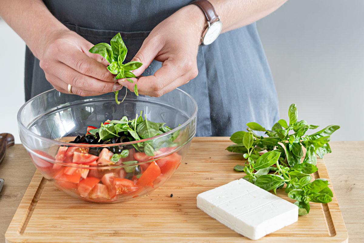 Oliven, Feta und Basilikum dazugeben