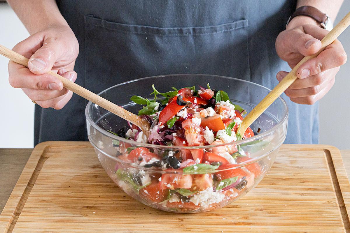 Tomatensalat vermengen und abschmecken
