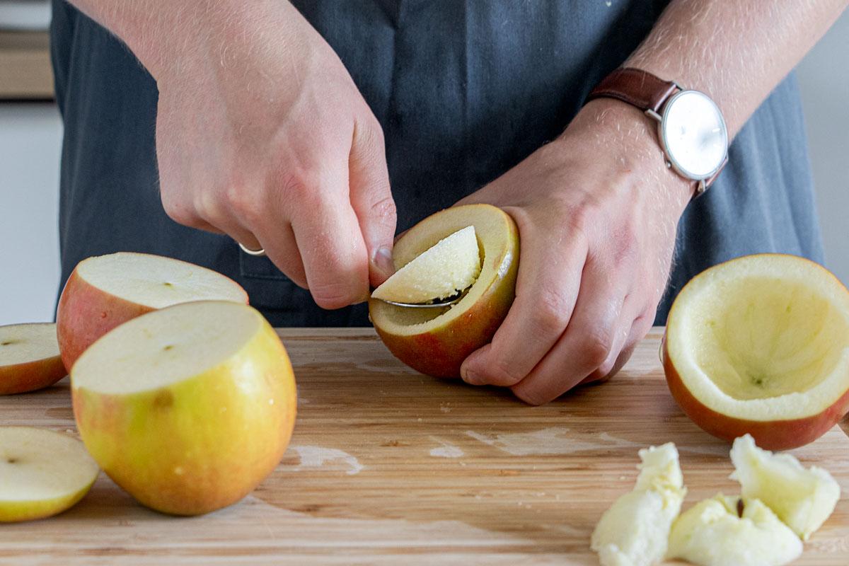 Äpfel mit einem Löffel aushöhlen