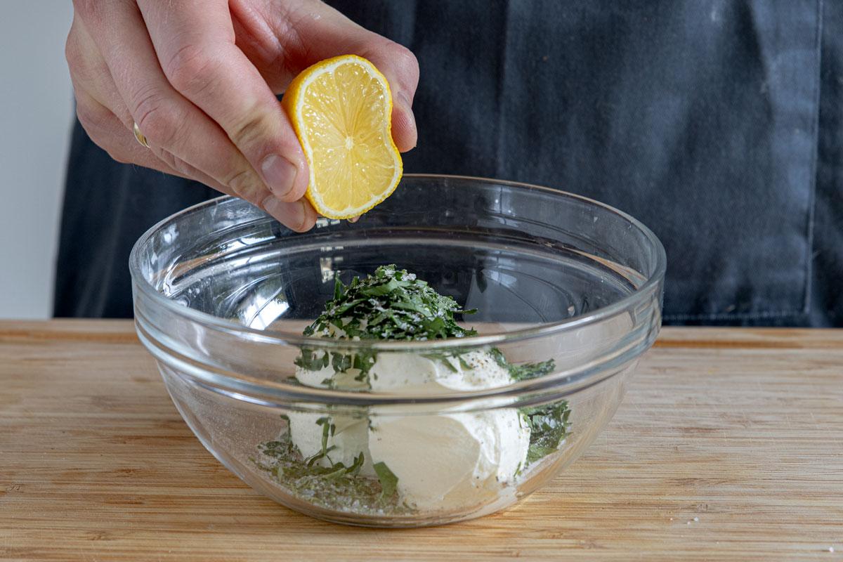 Zitrone zu Creme fraiche geben