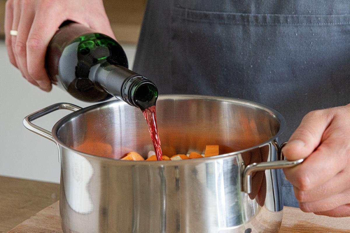 Rotwein zum Hirschgulasch geben
