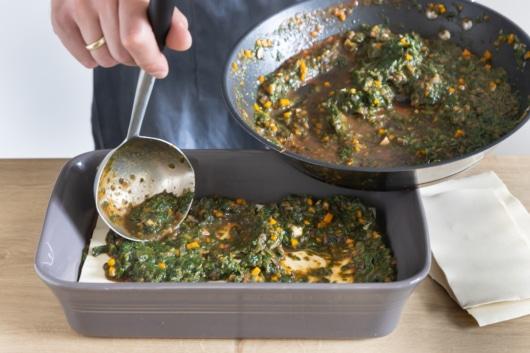 Vegetarische Gemüselasagne schichten