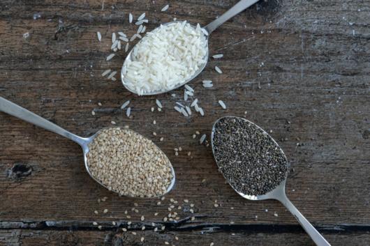ein Esslöffel Reis, Chiasamen und Sesam