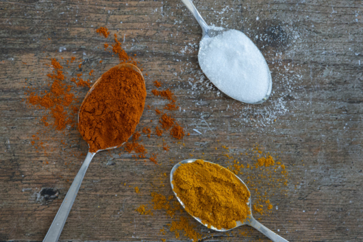 ein Esslöffel Salz, Curry und Paprikapulver