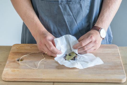 Gewürze zu einem Säckchen binden